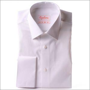 Chemise blanche à poignets mousquetaires, tissu à petits chevrons
