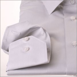 Chemise à fines rayures blanches et gris clair