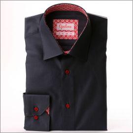 Chemise gris foncé à col et poignets à fleurs blanches sur fond rouge