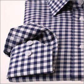 Chemise à carreaux blancs et bleu marine