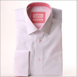Chemise blanche à col et poignets mousquetaires à motifs roses