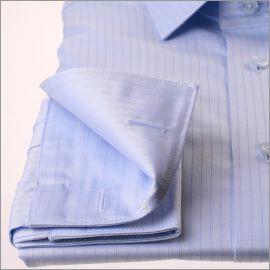 Chemise bleu clair rayée à poignets mousquetaires