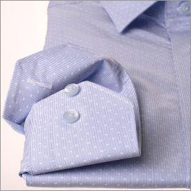 Chemise à fines rayures bleues avec des motifs blancs tissés