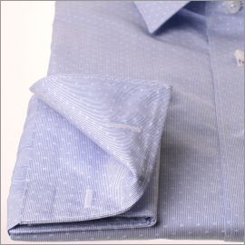 Chemise à fines rayures bleues avec des motifs blancs tissés à poignets mousquetaires