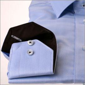 Chemise bleue à chevrons et col marron