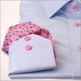 Chemise bleue à col et poignets fleuri rose