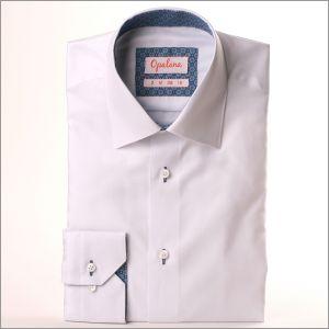 Chemise blanche à col et poignets à fleurs bleues