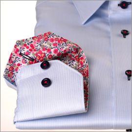 Chemise bleu ciel avec col et poignets à baies roses