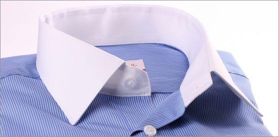 Chemise bleue à fines rayures blanches, col et poignets mousquetaires blancs