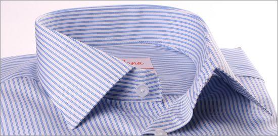 Chemise blanche à rayures bleues et poignets mousquetaires