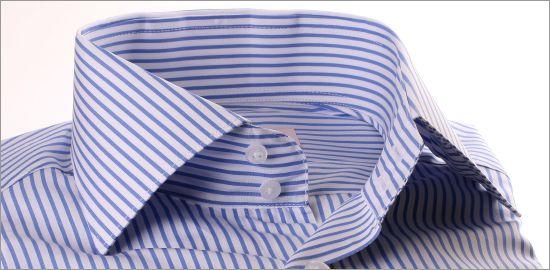 Chemise à rayures blanches et bleues