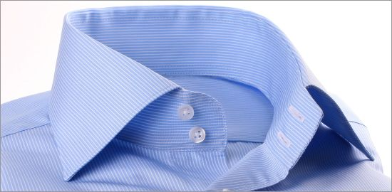 Chemise bleue à fines rayures blanches