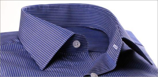 Chemise bleu foncé à fines rayures blanches