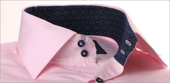 Chemise à fines rayures roses à col et poignets à motifs bleu marine