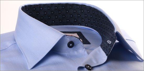 Chemise bleue à col et poignets à motifs bleu marine
