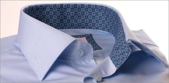 Chemise bleu ciel à col et poignets à fleurs bleues