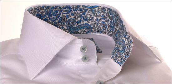 Chemise blanche avec col et poignets à arabesques bleues