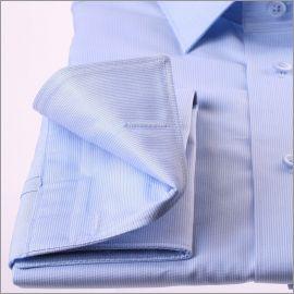 Chemise bleue à fines rayures blanches et poignets mousquetaires
