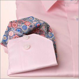 Chemise rose à col à motifs multicolores