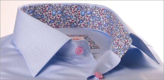 Chemise bleu ciel à col et poignets fleuris rose et bleu