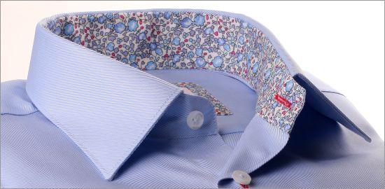 Chemise bleu ciel à col et poignets fleuris bleus